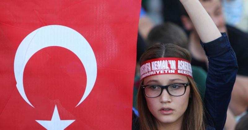 4jun2013---garota-segura-bandeira-turca-durante-manifestacao-em-ancara-na-turquia-os-conflitos-entre-policiais-e-manifestantes-durante-a-onda-de-protestos-contra-o-governo-turco-ja-deixaram-duas-1370433599729_956x500.jpg